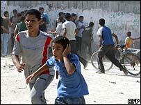 Jóvenes palestinos huyendo del enfrentamiento.