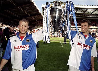 Alan Shearer (l) and Chris Sutton with the Premiership trophy