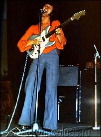 Алексей Белов во время концерта 1975 года в ДК им. Горбунова (фото с сайта музыканта)