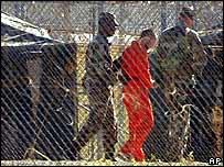 Un recluso en Guantánamo es custodiado por personal militar.