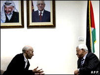 Alan Johnston (left) speaks to Mahmoud Abbas