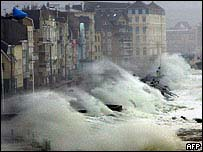 Enormes olas golpean la ciudad portuaria de Wimereux, norte de Francia.