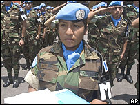 Luc�a Lot�n, de las fuerzas guatemaltecas, durante una ceremonia de despedida para los cascos azules que parten rumbo a Hait�