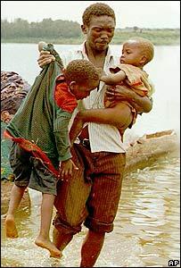 Un padre huye con sus hijos de la violencia durante el genocidio en Ruanda en 1994