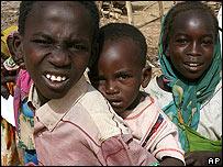 Ni�os en un campamento de desplazados de Darfur