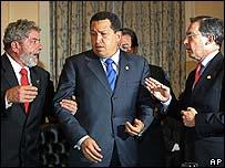 Inazio Lula da Silva, Hugo Ch�vez y �lvaro Uribe conversan durante la cumbre.