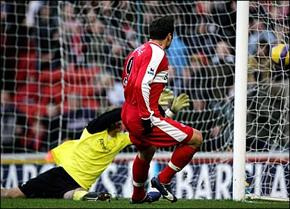 Mark Viduka scores Middlesbrough's third goal against Bolton