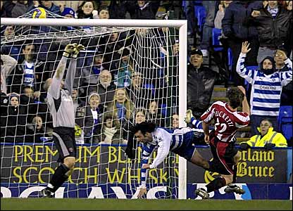 Stephen Hunt (centre) scores Reading's third goal