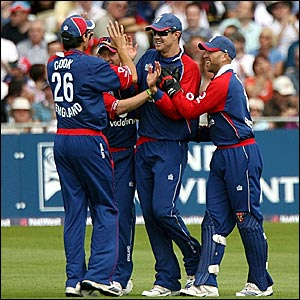 Kevin Pietersen (second right) is congratulated after taking a difficult catch over his shoulder to dismiss Shivnarine Chanderpaul