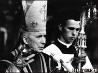 Marcel Lefevbre conduce una ordenación