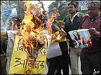 Manifestantes en la India queman una figura que representa al Gran Hermano.