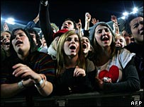 Fans watch the Live Earth gig in Sydney