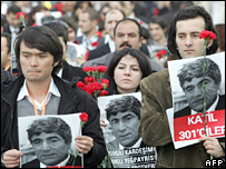 Protesters hold portraits of Hrant Dink in Istanbul, 20 January 2007