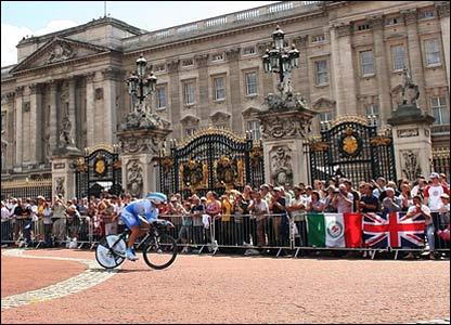 Mikel Astarloza passes Buckingham Palace