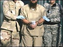 Guardias y prisionero de Guant�namo.