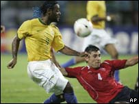 Vagner Love e Ismael Fuentes se pelean por el bal�n.