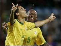Josu� celebra el quinto gol de Brasil