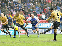 Mikel Arteta scored the winner for Everton against Wigan with a penalty