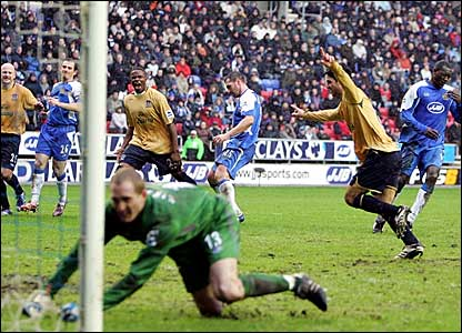 Mikel Arteta (second right) celebrates scoring a penalty for Everton