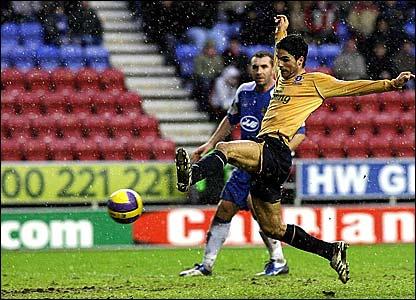 Mikel Arteta scores his and Everton's second goal