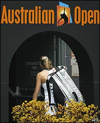 Amelie Mauresmo saliendo de la cancha principal del Abierto de Australia.