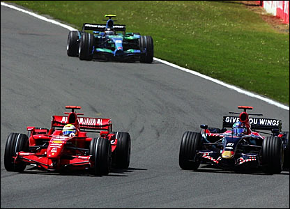 Felipe Massa (left) overtakes Vitantonio Liuzzi