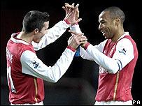 Robin Van Persie (izq) y Thierry Henry