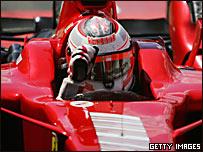 Kimi Raikkonen saluda desde su auto tras vencer en Silverstone
