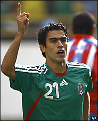 Nery Castillo celebra el primer gol de México ante Paraguay