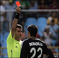El árbitro Sergio Pezzotta expulsa al arquero paraguayo Aldo Bobadilla