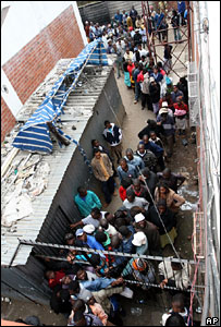 People wait in a queue to buy sugar in Harare (7 July 2007)