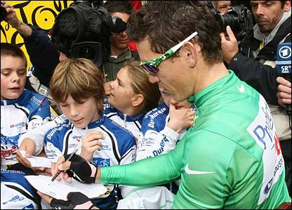 Robbie McEwen signs autographs before the race