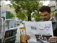 قارئ يتصفح صحيفة سورية