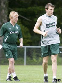Gordon Strachan watches Lee Naylor during pre-season training