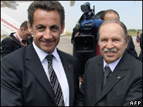 Nicolas Sarkozy (l) and Algerian President Abdelaziz Bouteflika