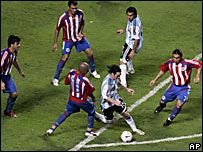 Messi desparrama defensores en el �rea de Paraguay