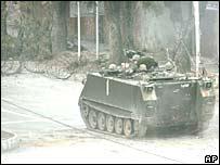 Un tanque del ejército de Pakistán se acerca a la Mezquita Roja.