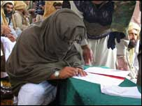 Baitullah Mehsud signing peace accord in 2005