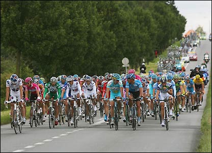 The peloton try to close the gap
