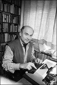 Ryszard  Kapuscinski escribiendo a máquina