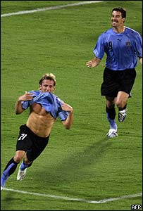 Diego Forl�n (izquierda) celebra la anotaci�n de un gol.