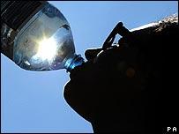 Hombre bebiendo agua de una botella