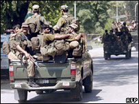 Pakistani soldiers return from Red Mosque (11/07/07)