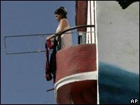 Mujer en un balcón en La Habana