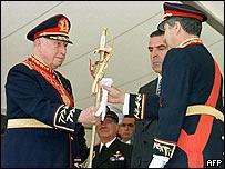 Augusto Pinochet (izquierda) y Eduardo Frei Ruiz-Tagle (centro) Foto archivo