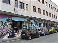 Edificio cubierto de graffiti / E. Narcía