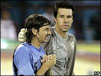 Pablo Garc�a de Uruguay es consolado por el arquero brasile�o Dony
