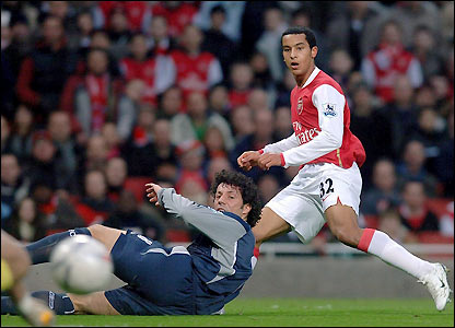 Ivan Campo tries and fails to block Walcott's shot