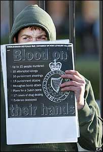 Un miembro del Sinn Féin protesta a las afueras del Ard Fheis contra el reconocimiento de la policía