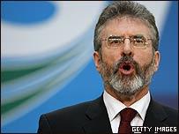 Gerry Adams, líder republicano, dice su discurso en la conferencia con los delegados del Sinn Féin